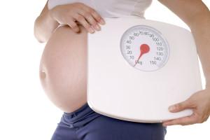 Dollarphotoclub 53763684 300x200 - schwangere Frau mit einer Waage